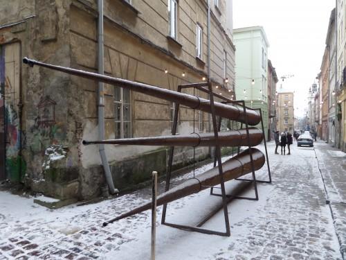 Huzulinspirerat konstverk utanför Dzyga